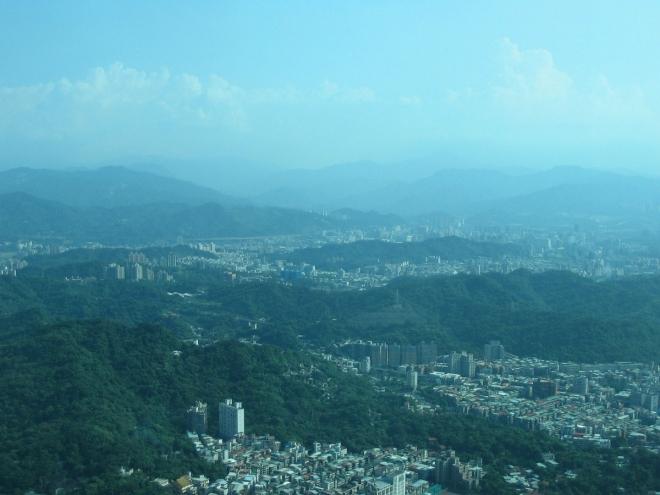A nakonec zamlžené dálky na jihu, na obzoru už se zvedají opravdové hory.