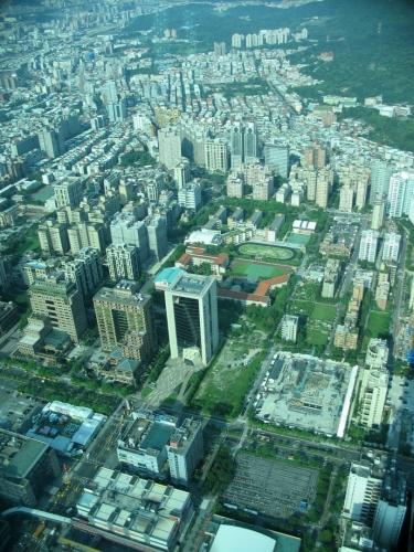 Bližší okolí mrakodrapu ve stejném směru