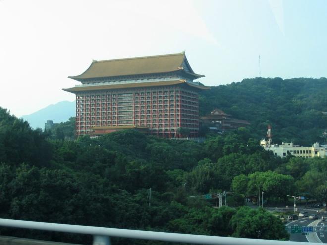 """Po cestě zpět ještě míjíme tchajpejský Grand Hotel, jednu z nejvyšších """"klasických čínských"""" budov na světě (87 m)."""