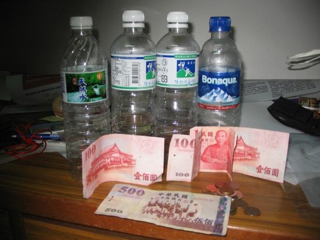 Ráno ještě obíhám s foťákem pár věcí, které se na fotky nedostaly, převážně takové ty objekty, které mě celou dobu provázely a dosud jsem jim nevěnoval pozornost. Tak vzniklo i toto improvizované zátiší z bankovek, mincí a PET lahví (nic moc, já vím :)). Tchajwanské dolary vesměs nesou nějaký obraz Čankajška, který se i přes totalitní a mnohdy krutou vládu těší velké oblibě. Ceny jsou na Tchaj-wanu mimochodem o trochu nižší než v ČR.