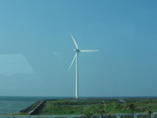 Větrník na pobřeží