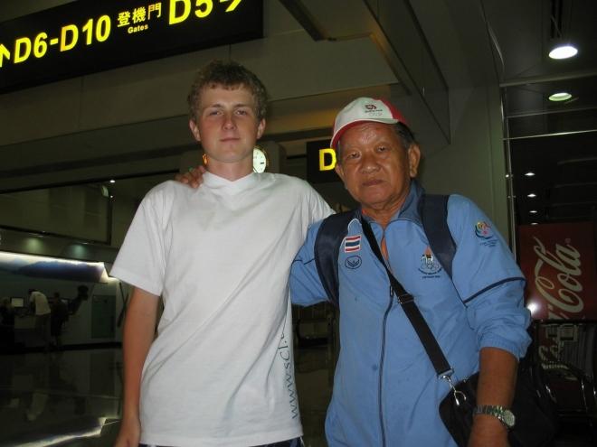 Aby tu byla i nějaká fotka z letiště, dovolím si uvést tuto s thajským reprezentačním trenérem pétanque, který se s námi před odletem do Bangkoku náhodou dal do řeči.