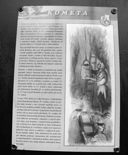Informační cedule stojí v sedle U Jana. Nedaleko nad ní jsou dnes již zabezpečené štoly. Při první návštěvě jsme to ale nevěděli a pokračavali rovnou k vrcholu Komety cestou, která odbočuje vpravo.