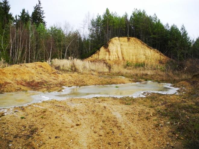 Okraj Českobudějovické pánve tvoří desítky metrů vysoké pískovce, nánosy prehistorického jezera, které zde kdysi bylo. Podobné pìskové kopce dobře znám i z místa svého bydliště - Zlivi.