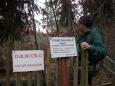 Slézám k dvojité jámě, která je dnes za chatrným plotem.