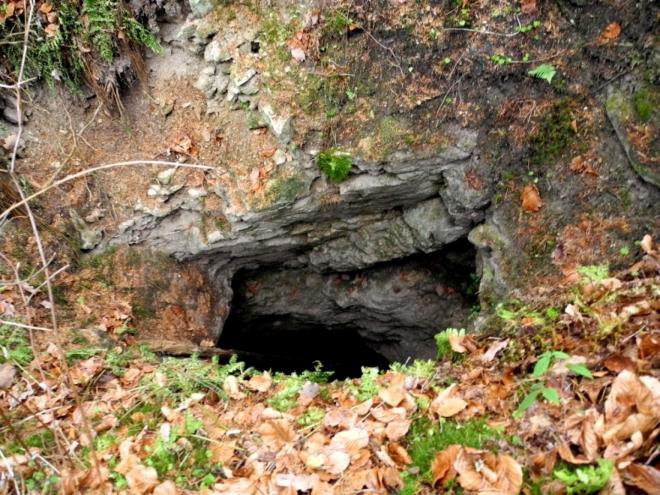 Ani zde není radno pokoušet osud bez jištění. Hloubka je značná. Zdola se vstupními otvory na povrch pomocí rumpálu dostávala vyrubaná hornina.