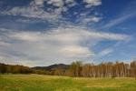 V dáli, pod blankytně modrou oblohou, nás zdraví Velký Plešný.