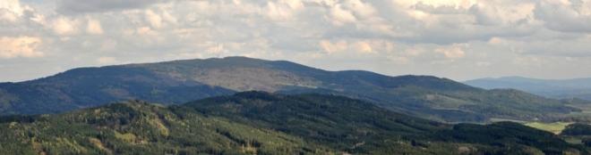 V popředí Mlýnské vrchy, Kraví vrch, vlevo vzadu masí Kleti.