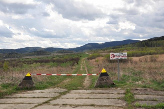 Pohled přes výcvikovou plošinu k Špičáku, dvojvrcholku Nad Hospodárnicí a Hvězdě.