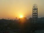 Západ slunce a hory za Pekingem v pozadí (tohle byl jediný den, kdy byly vidět).