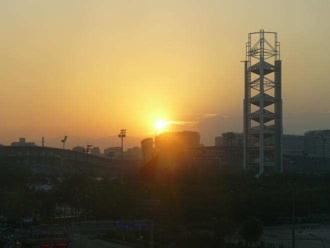Západ slunce a hory za Pekingem v pozadí (tohle byl jediný den, kdy jsem je viděl z města).
