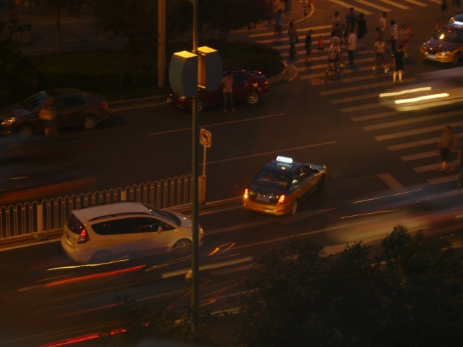 Obracení na křižovatce u hotelu dělalo spousta aut, ale to je ještě dobré. Horší bylo, když jsem někoho viděl projet na červenou, o dodržování bezpečné vzdálenosti nemluvě. Silniční zákony jsou prostě v Číně spíše doporučení.