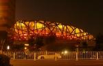 Osvětlené ptačí hnízdo. Hoří tam? Nebo je ve stadionu peklo? Uvidíme, až do něj nahlédneme.