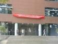 Vstup do moderní budovy univerzity, kde byly workshopy a tutoriály před konferencí.