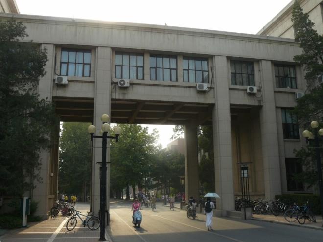 V areálu univerzity. Klimatizace u oken jsou všudypřítomné, stejně jako kola.