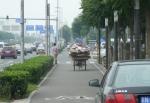 Cestou po cyklostezce k hotelu mě předjel cyklista převážející své zboží starým způsobem. Takovýhle kol jsem za těch 10 dní potkal jen několik. Za to aut, jejichž hemžení je vidět vlevo, má člověk v Pekingu po krk. Zlatá Praha, alespoň oproti tomuhle.