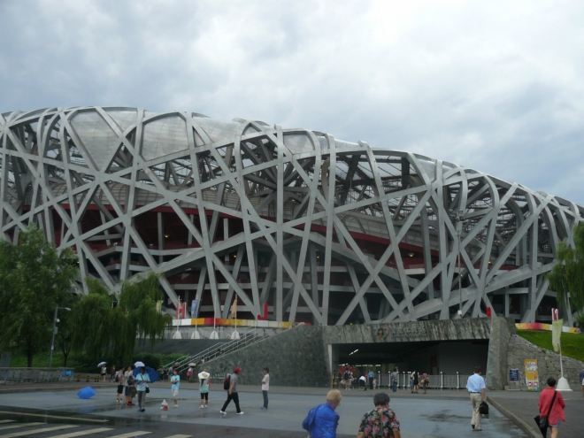 Ptačí hnízdo (olympijský stadion) je sice betonové, nicméně architektonicky dost zajímavé.