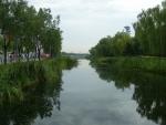 Umělé jezero či spíše kanál potěší oko pohledem na trochu přírody.