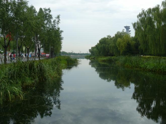 Umělé jezero či spíše kanál v olympijském areálu potěší oko pohledem na trochu přírody.