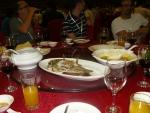 Jídlo na banketu nám podávali číšníci na kulaté stoly, které měly uprostřed otočný skleněný podnos, takže člověk něco ochutnal, otočil, ochutnal něco jiného ... V popředí je nějaká ryba podobná pstruhu, akorát plněná dosti pálivou náplní. Jinak se v severní Číně moc pálivá jídla nedělají, což jsem ocenil.