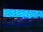 Národní plavecký bazén (National aquatic centre), taktéž postavený kvůli olympiádě.
