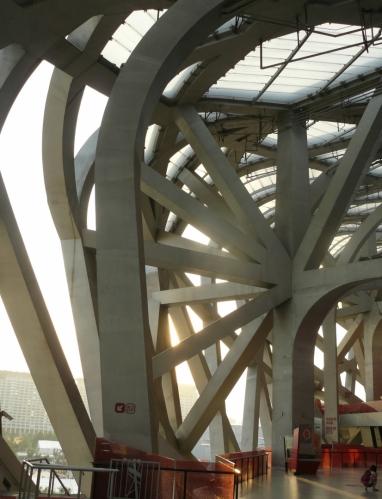 Zajímavý architektonický prvek stadionu -- sloup, jež zřejmě drží konstrukci dohromady.