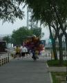 Celý obchod s balonky roztodivných tvarů jede na kole domů.