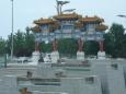V olympijském areálu je i typická čínská brána.
