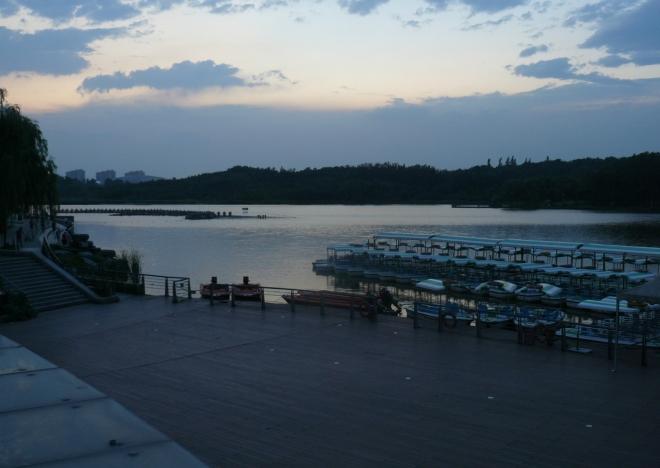 Jezero v parku za setmění.