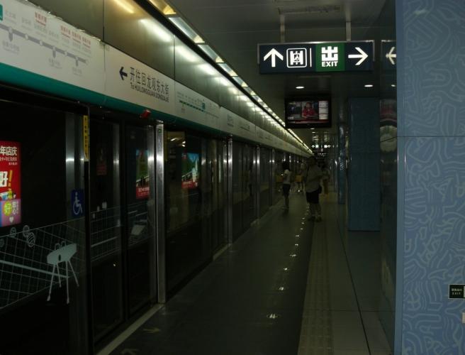V metru na stanici Olympic Sports Center. Linku č. 8, tmavě zelenou, jistě postavili kvůli olympiádě, takže je dost moderní. V Pekingu, kromě pár starší linek, pak často odděluje nástupiště od kolejiště prosklená stěna s dveřmi na pozicích dveří vlaku. Má to velký praktický význam při tlačenicích, které jsou na denním pořádku.