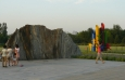 Skalka a barevný monument k olympiádě.
