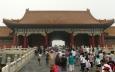Brána oddělující nádvoří. Tady spousta Číňanů po rozpuštění na nádvoří zase houstne.