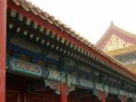 Detail výzdoby. Na malbách lze najít celkem dost draků. Na této fotce výjimečně není vidět spousta Číňanů.