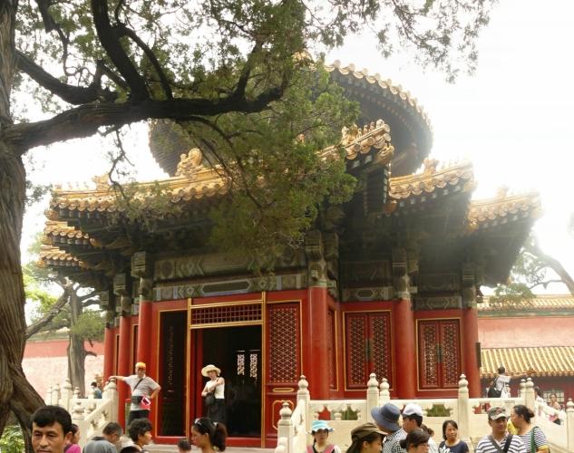 Pagoda, buddhistická věžovitá stavba, zde asi trochu menší než bývá.