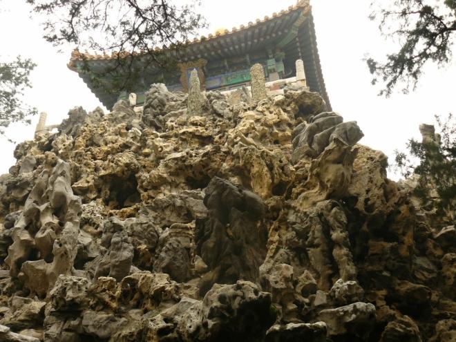 Na zvláštní, velmi členité skalce se nachází asi další pagoda.