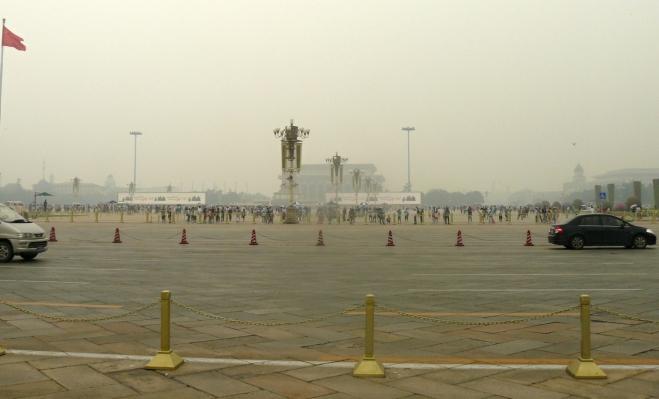 Náměstí Nebeského klidu za několikaproudou silnicí, vzadu je trochu vidět mauzoleum Mao Ce-tunga