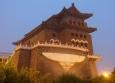 Brána Zhengyangmen (Brána Správného světla) leží na opačném konci náměstí Nebeského klidu než Zakázané město.