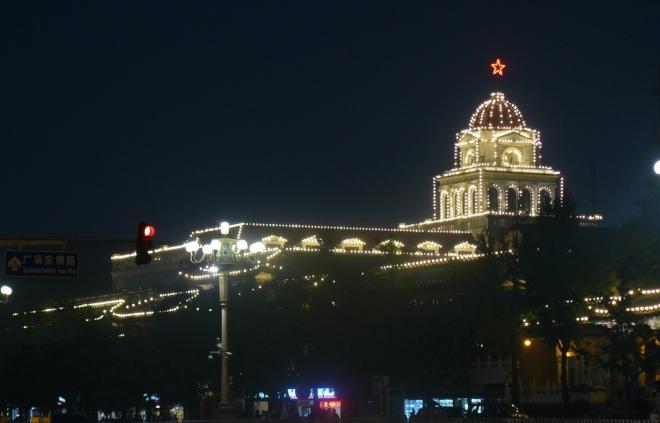 Tento palác mi připadá jako z Ruska, hlavně kvůli červené hvězdě.