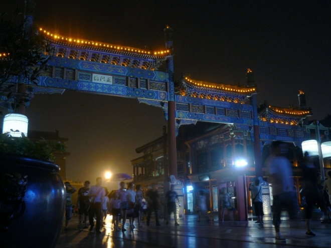 Čínská brána před vstupem do komerční turistické třídy.