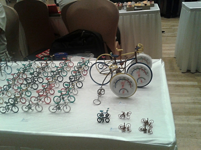 Malá kola z drátků a barevné gumy se mi líbila. Mimo jiné proto, že jsem 15 dní v červenci strávil na kole.