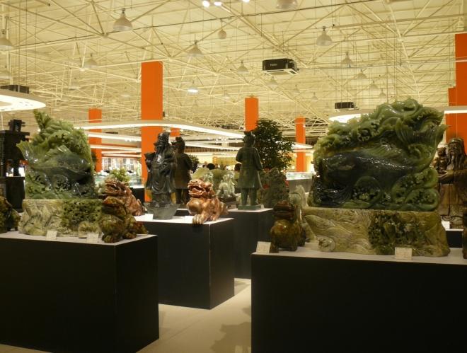 Hala a výstava nefritových sošek k prodeji. Kousky za tisíce jenů jsem tam vídal běžně a matně si vzpomínám i na velké a propracované sochy za sto tisíc (např. nějaký obzvláště pěkný drak).