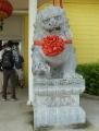 Před vchodem stála kamenná socha takového typicky čínského lva.