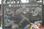 Mapa hrobek císařů dynastie Ming. My se nacházíme v té největší (na mapě uprostřed). Vpravo dole náš čínský průvodce.