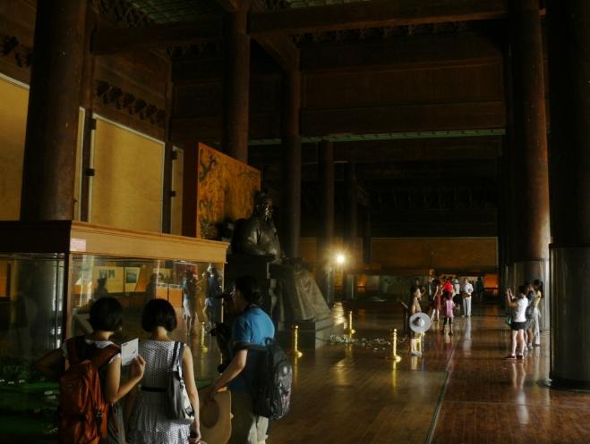 Budova s muzeem zevnitř. Ačkoliv je venku jasno, zde kvůli absenci oken panuje příšeří.