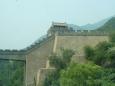 Čínská zeď v místě překlenutí údolí během jízdy autobusem do Badalingu.