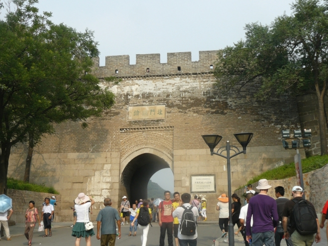 Brána v Čínské zdi u Badalingu. My jsme nyní na původně mongolské straně zdi, pak projdeme a na druhé (čínské) straně už vedou na samotnou zeď schody.