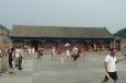 Nádvoří za branou s turisty a dvěma vojáky.