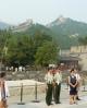 Chudáci vojáci musí asi stát dlouhé hodiny v pozoru. Na zdi je v pozadí vidět spousta bílých či barevných teček patřících povětšinou Číňanům, tohle je totiž ta méně náročná a o to nacpanější část zdi u Badalingu.