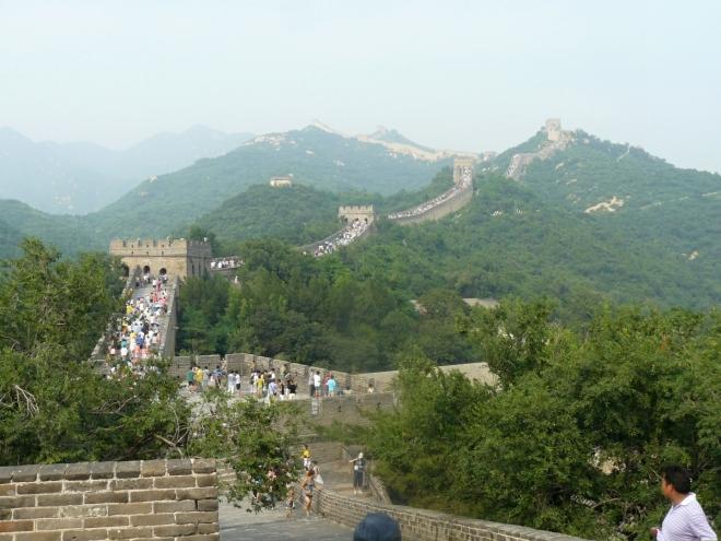 Zeď se táhne odvážně po hřebeni se strážními věžemi na každém vrcholku.