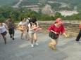 Zde již prudce stoupáme. V pozadí nádvoří a budovy u brány. Jak je také vidět, Číňané dnes nosí v podstatě západní oblečení.